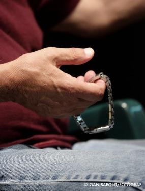 Cotareloamb el rellotge a manera demásbahaa les mans, gesticula i accentua cada paral·lelisme que glossa amb punyent iàgilllenguatge tant descriptiu com engrescador.